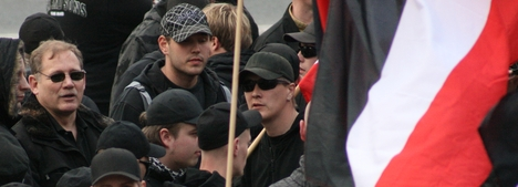 Klaus Schäfer am 30.04.2010 auf der Kundgebung der Rechten. (links im Bild; mit Brille)